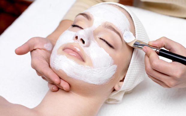 Тон шкіри обличчяВзимку через перепад температури змінюється забарвлення шкіри обличчя, чого можна позбутись, скориставшись натуральною маскою власног