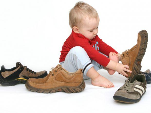 Батьки цікавляться, з якого віку їх чадо повинне самотужки одягатися?