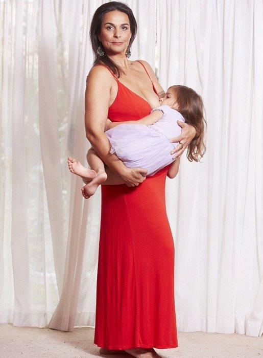 51-річна виконавиця танцю живота Маха Аль Муса з Нового Південного Уельсу, Австралія, продовжує годувати грудьми свою п'ятирічну дочку, причому робить
