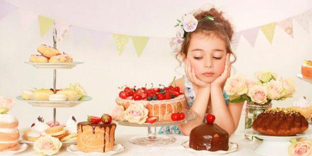 Сам по собі цукор (який, власне, і містять солодощі), - для організму не отрута, а звичайне джерело енергії. Інша справа, якщо ви станете годувати дит