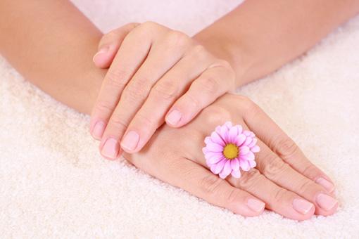 Страждаєте через сухість рук, а дорогі креми не дають бажаний результат? Косметолог поділиться рецептом зволожуючої маски, яка буде ефективно піклуват