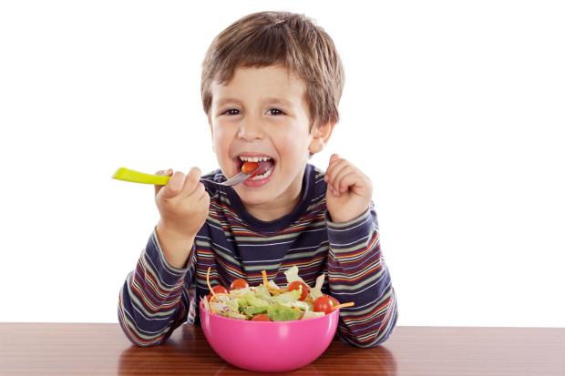 Если ваш ребенок любит сладости, канфеты, газировку и печенья, напрочь отказываясь от правильного питания, пора взять все в свои руки, пока не поздно.