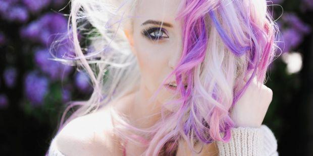 Вагітним і годуючим жінкам суспільство рішуче не радить міняти колір волосся без необхідності, побоюючись, що компоненти фарби негативно вплинуть на е
