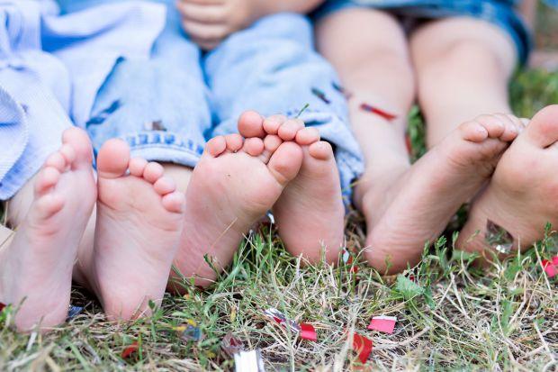 Літо - саме час для прогулянок босими ніжками по траві!