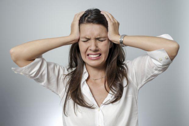 Лікарі назвали дві ознаки, які говорять про те, що головний біль може бути смертельно небезпечним. Саме при їх появі краще якомога швидше звернутися з