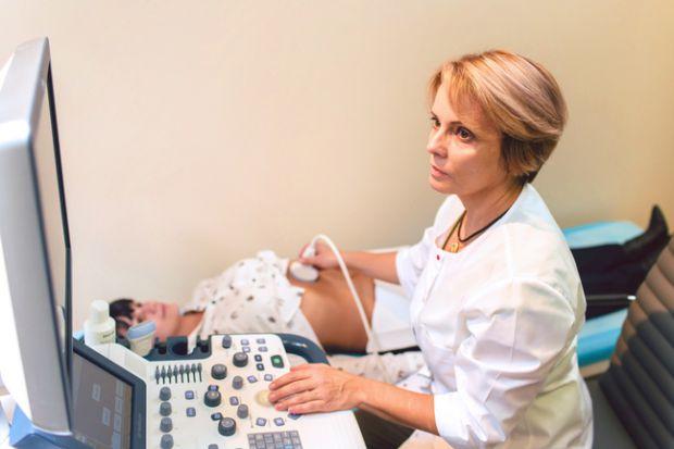 Після того, як тест на вaгітність показав 2 смужки, відразу виникає думка про те, якому лікарю довірити цей найвідповідальніший час