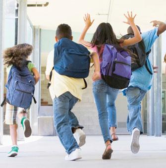 Школярі дуже втомлюються за 45 хвилин уроку, важливо навчити їх правильно поводитися на перерві: це допоможе уникнути багатьох проблем і серйозних тра