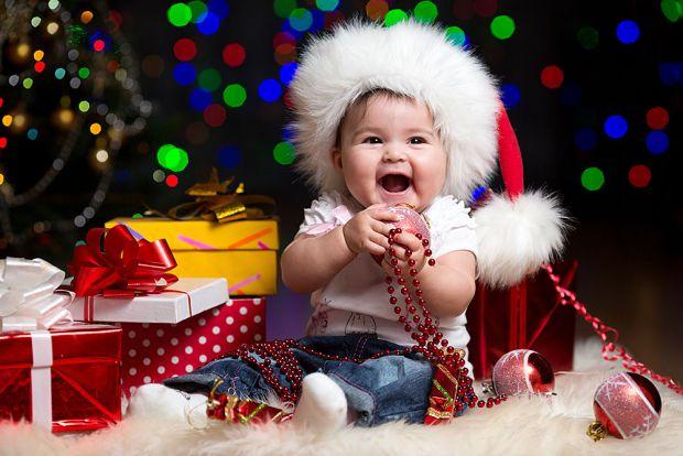 Новий рік - це не тільки диво й запах мандаринів. Це колюча ялинка, биті іграшки і електрична гірлянда, якими обов'язково зацікавиться малюк.