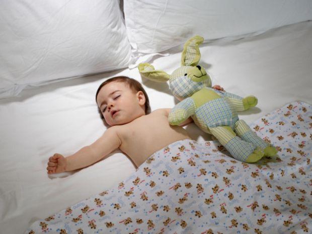 Не рідко новонароджені влаштовують батькам екстремальні ночі: вдень вони тихенько сплять, а вночі бавляться, плачуть і капризують. Словом, дитина пере