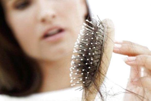 Вчені дійшли висновку, що людині властиве випадання до ста волосків в день. Але іноді це стає проблемою. Причиною тому різні негативні фактори — стрес