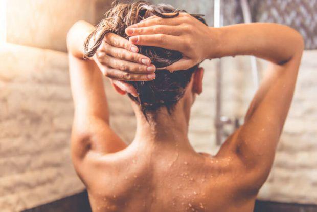 Американський дерматолог Шеррі Інгрехем розповів, як правильно потрібно приймати душ, щоб уникнути проблем зі шкірою.