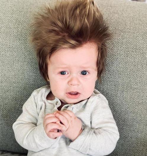 4-місячний хлопчик Бостон Шимич з австралійського міста Перт став відомий завдяки своїй густій шевелюрі. Про це повідомляє News.com.au.