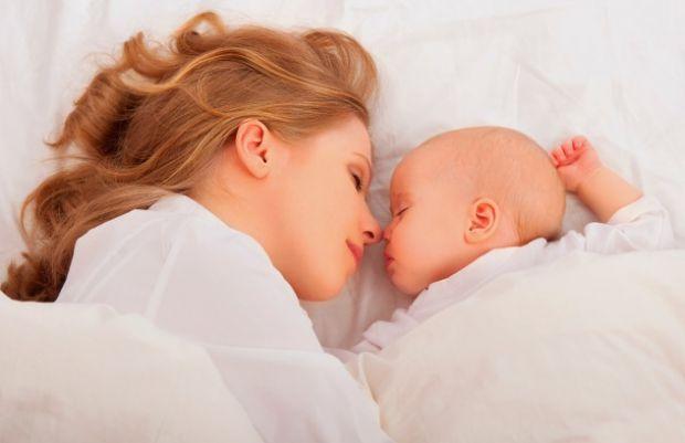 Причин, чому діти здригаються уві сні, насправді безліч. Дитина може здригатися, коли засинає, або під час переходу від однієї фази сну до іншої, це в
