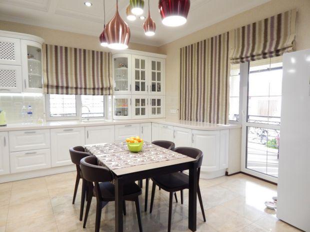 Римські жалюзі ідеально підходять для вікон замість класичних штор. Римські штори можна повісити в будь-якому приміщенні. Це стильне декорування вікон