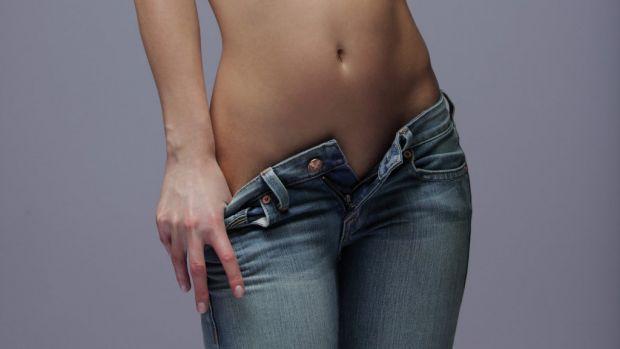 Науковці вирішили поцікавитись у представниць прекрасної половини людства, чому ті натягають на себе замалі джинси.Опитування показало, що 40% жінок з