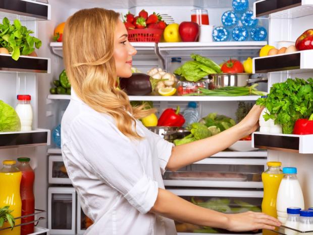 Скоріш за все, половина з нас не знає, якою має бути оптимальна температура всередині холодильника, щоб продукти не псувалися завчасно. Ми вам  про це