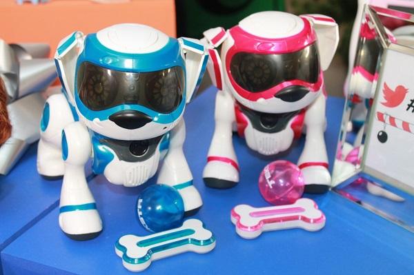 Большой популярностью среди детей пользуются роботы игрушки, которые выполняют несколько функций и способны активно развивать ребенка в плане мышления