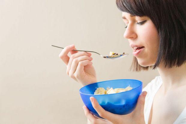 При молочниці час від часу можна їсти нежирний сир - без сметани, меду і цукру, можна додати в нього трохи ягід. Однак при кандидозі порожнини рота кр