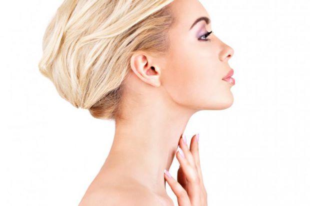 Шкіра в області шиї і декольте характеризується тонким шаром підшкірно-жирової клітковини (у людей без ожиріння, звичайно ж), невеликою кількістю саль