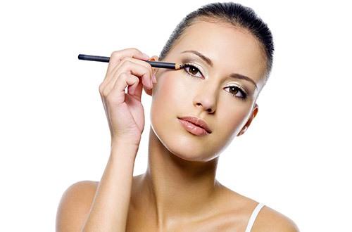 Щоб виділити очі, зробити їх більш яскравими , треба дотримуватись деяких правил візажу.