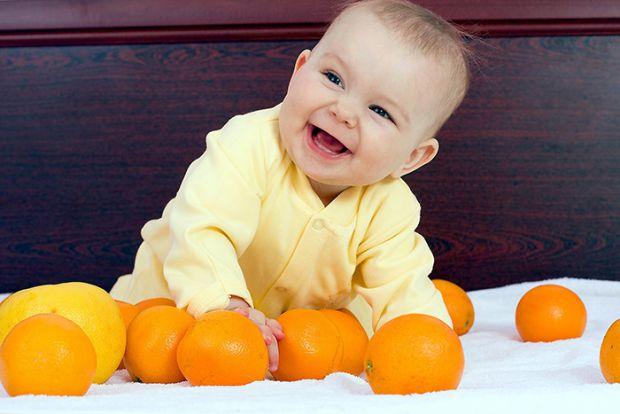 Все залежить від стану здоров'я малюка. В першу чергу дитині в цьому віці не варто починати куштувати екзотичні плоди (ананас, папаю, цитрусові, манго