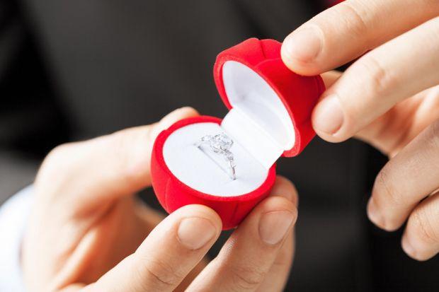 Очень многие мужчины теряются, когда начинают думать о том, как же устроить тот день, когда они спросят свою возлюбленную выйдет ли она за них замуж.