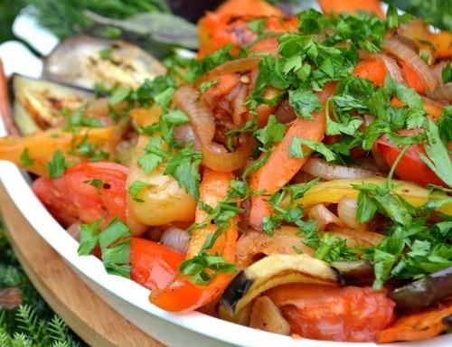Цей салат потрібно їсти у теплому вигляді, але холодним, він теж непогано смакує.