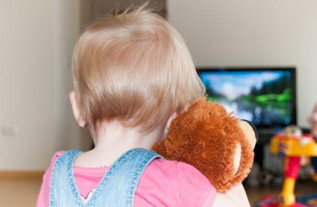 Для багатьох молодих батьків телевізор і комп'ютер стає нерідко справжнім порятунком. Адже це гарантує кілька годин повного відпочинку від свого невга