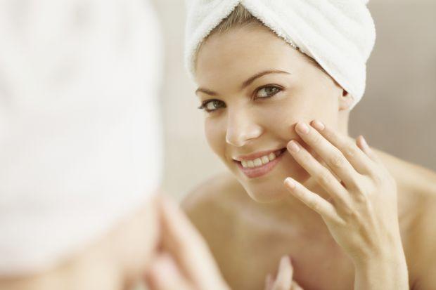 Особливість змішаної шкіри полягає в поєднанні декількох типів. Область чола, Т-зона мають розширені пори і жирний блиск, при цьому інші частини облич