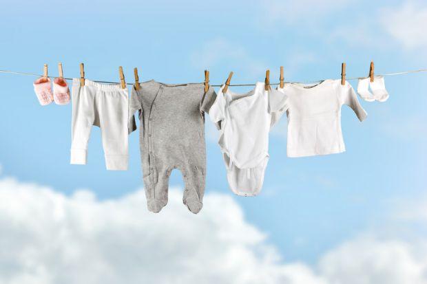 Дуже часто малюки забруднюються, тому непотрібно тягнути з пранням одягу дитини, адже на ньому знаходиться безліч бактерій.