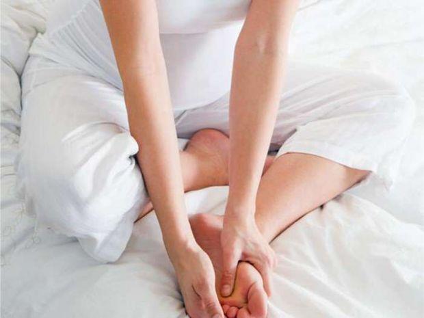 Дуже часто жінкам набрякають ноги, особливо вагітним. Проста вправа допоможе вам позбутися цієї проблеми.