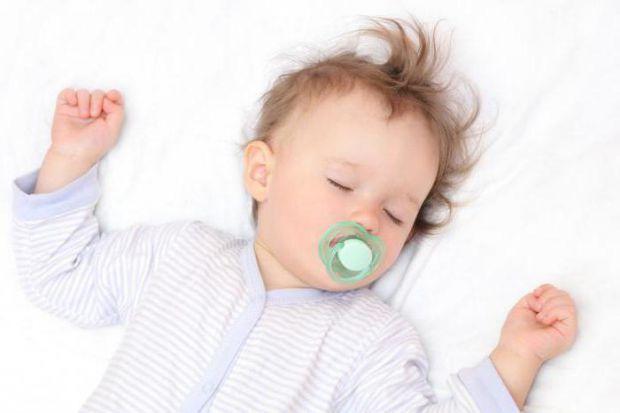 Побачивши спітнілого малюка, мама не рідко починає бити тривогу: а чи не хвора, раптом, дитина? І щоб ви не хвилювались даремно, Наша мама підготувала