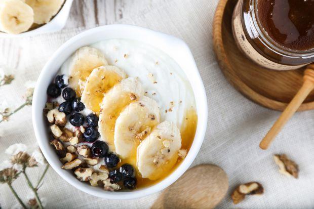 Перш за все, йогурт відомий завдяки вмісту пробіотиків. Пробіотики — це живі бактеріальні культури, так звані «хороші бактерії». Вони покращують мікро