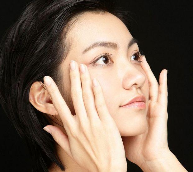 Засіб, який дозволить усунути мішки в області навколо очей, - самостійний масаж обличчя.