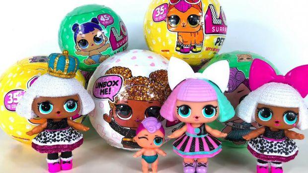 Большой пластиковый шар L.O.L. — полон сюрпризов. Под каждым слоем яркой обертки скрывается игрушка, кукольные аксессуары, наклейки и другие приятные