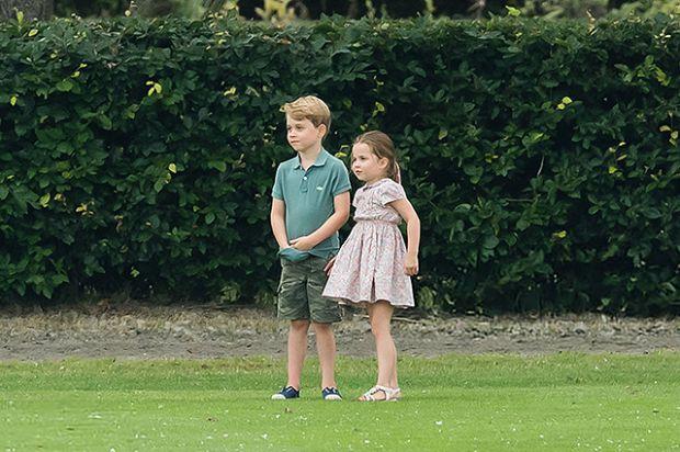 Принцеса Шарлотта з братом погралася в м'яча (ФОТО)