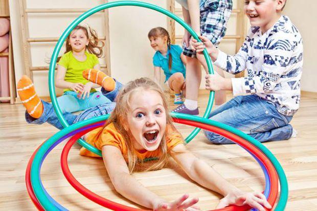 Розминка - це найлегша вправа, тому дитині потрібно спочатку потягнутися, пострибати, а потім приступати до більшого навантаження.