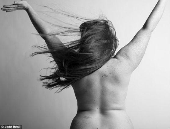 Сучасні жінки поспішають повернути собі ідеальну фігуру після вагітності. Відомий фотограф протестує проти знущань представниць прекрасної статі над с