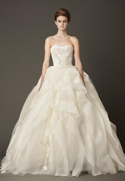 Знаменита дизайнерка весільних суконь Вера Вонг презентувала нову, як завжди розкішну колекцію весільної моди на осінь 2013 року.