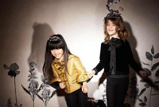 Вишуканий та красивий одяг для дівчаток демонструє відомий бренд.