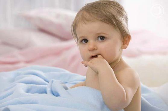 Смоктання пальця (частіше великого) заповнює нереалізований інстинкт смоктання, зменшує відчуття самотності, заспокоює, заколисує, пом'якшує нерозділь