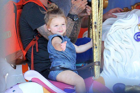 Зараз Девід і Вікторія Бекхеми проводять відпустку в Каліфорнії, і раз на два тижні зоряне сімейство радує нас знімками з парку атракціонів. Так, мину