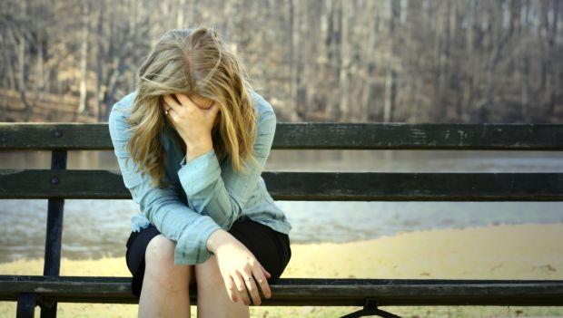 Справа в тому, що людина, яка в депресії, мало спілкується з навколишнім середовищем, не виходить з дому, заглиблена у себе. А саме це й допомагає поб
