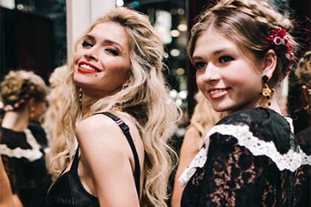 Мама та донька разом милувались новою колекцією Dolce&Gabbana. Повідомляє сайт Наша мама.