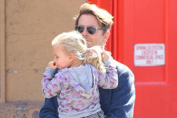 Бредлі Купер з донькою Леєю на прогулянці (ФОТО)
