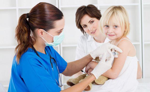 Чи можна робити дитині щеплення, якщо у неї нежить і кашель? Багато хто робить імунний паспорт дитини. Що це таке?