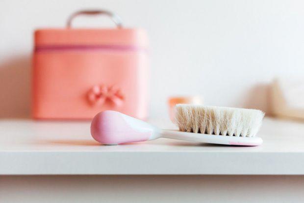 Строгих рекомендацій у виборі щітки для волосся не існує, зате є кілька простих порад по догляду за нею.