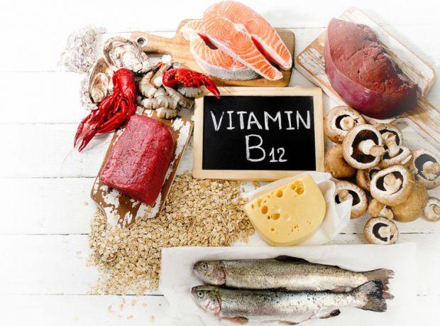 Одними з найбільш серйозних симптомів дефіциту B12 є неврологічні порушення, що проявляються у тому числі неконтрольованими тіками, синдромом неспокій