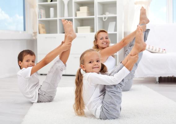 Найлегша частина занять – розминка. В цей час дитина повинна потягнутись, побігати, пострибати. Тоді можна переходити до розвиваючих вправ.