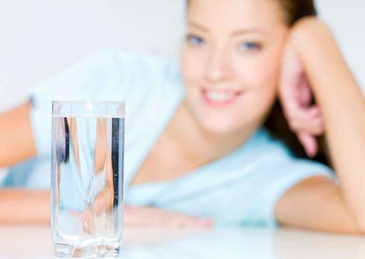 Молодим мамам потрібно не тільки правильно харчуватися, але й пам'ятати про вживання води та різних напоїв.